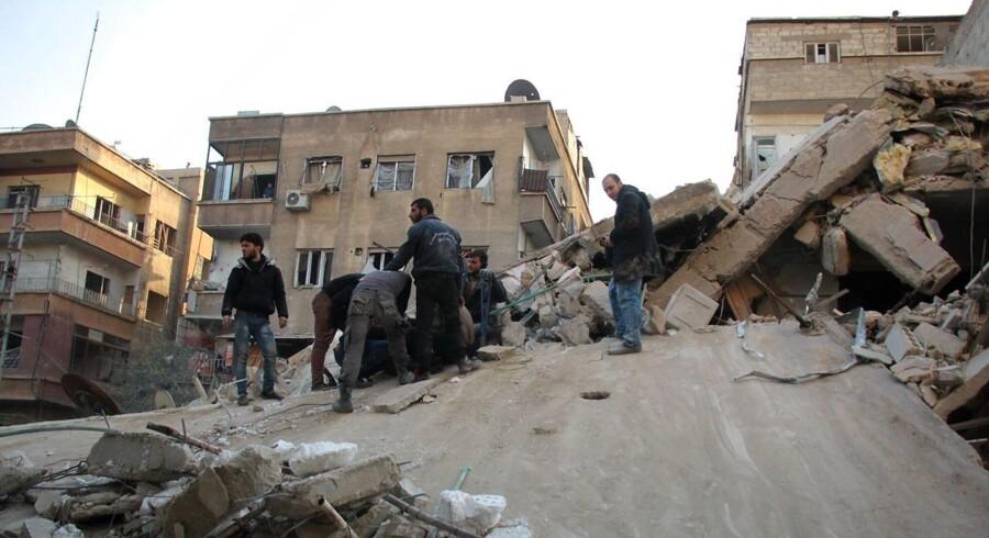 Det Syriske Observatorium for Menneskerettigheder (Sohr) anslår, at antallet af dødsofre er 70. Størstedelen er civile. Og 14 af de dræbte er ifølge Sohr børn.
