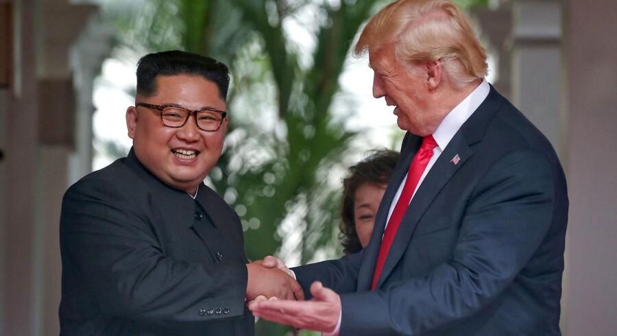 Stemningen var god, da USAs præsident Donald Trump og den nordkoreanske leder Kim Jong Un mødtes første gang tirsdag morgen, dansk tid, på Capella Hotel på den kunstige ø Sentosa i Singapore.