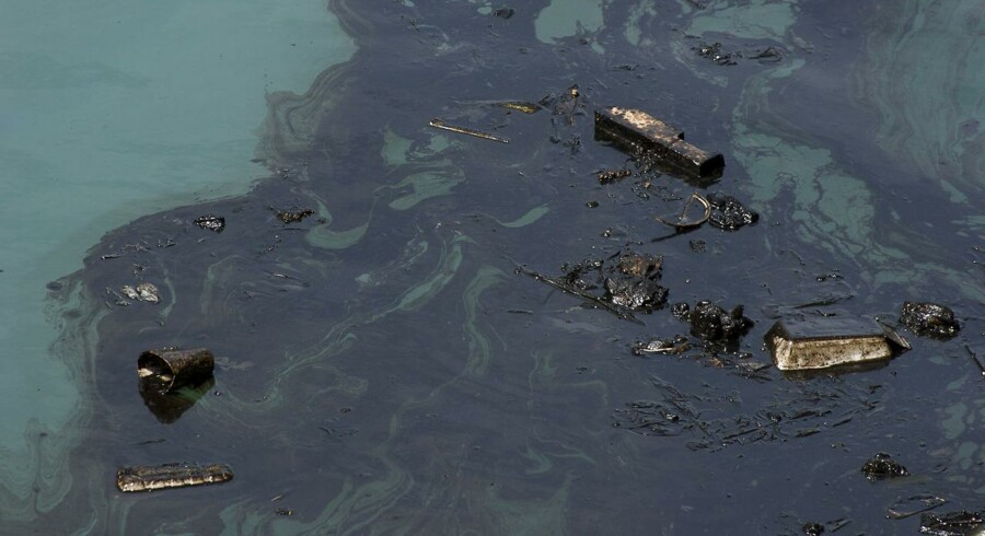 »Vi satser på at få lagt flydespærringer ud, så vi kan inddæmme olien og få den suget op,« siger Ole Theill.