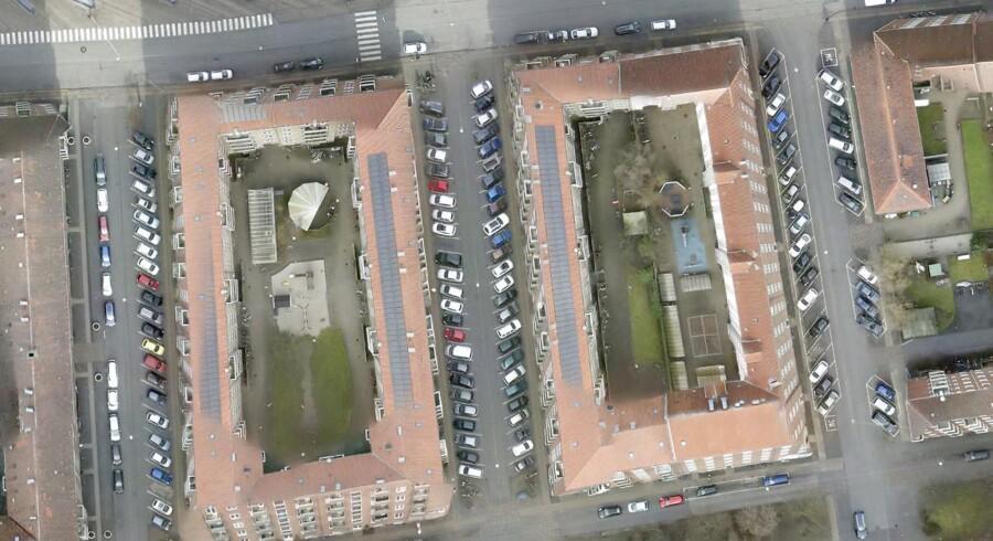 Førbillede af parkerede biler inden Gul Zone trådte i kraft. Dronebilledet er taget over Valby ved indgangen til stationen på Lyshøjgårdsvej en hverdag kl. 12 i februar 17.