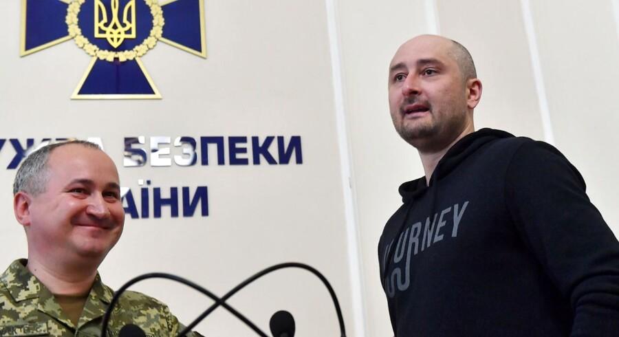 I næsten 24 timer troede offentligheden, at Arkadij Babtjenko var død. Onsdag spankulerede han lyslevende ind på et pressemøde i Kiev.