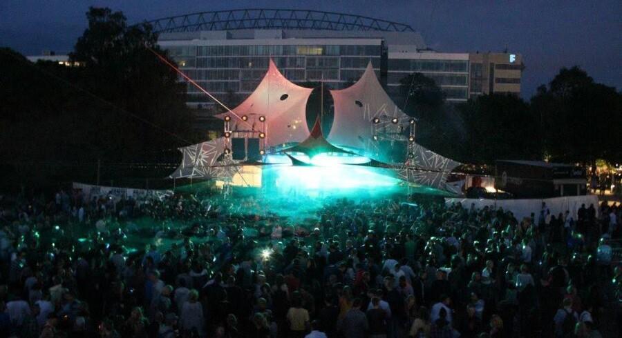 Elektronikscenen i Fælledparken er ramme for store udendørs koncerter under pinsekarnevallet. Dansetyvene var på spil i mængden oppe foran scenen. Privatfoto: Mikado