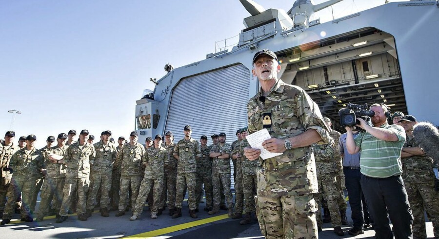 Det danske flådeskib Absalon sejlede onsdag over middag 17. august fra Flådestation Frederikshavn med kurs mod Libyen. Her skal Absalon, der er Danmarks største flådeskib, hjælpe til med at fjerne kemiske våbenlagre. Her ses styrkechefen, flotilleadmiral Torben Mikkelsen, ved mønstringen på helikopterdækket.