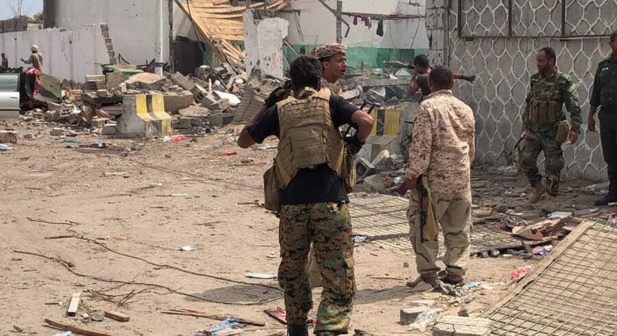 Yemeniske sikkerhedsfolk tjekker åstedet for en bilbombe i den sydlige havneby Aden. Bomben kostede mindst fem mennesker livet. Scanpix/Stringer/afp Foto/