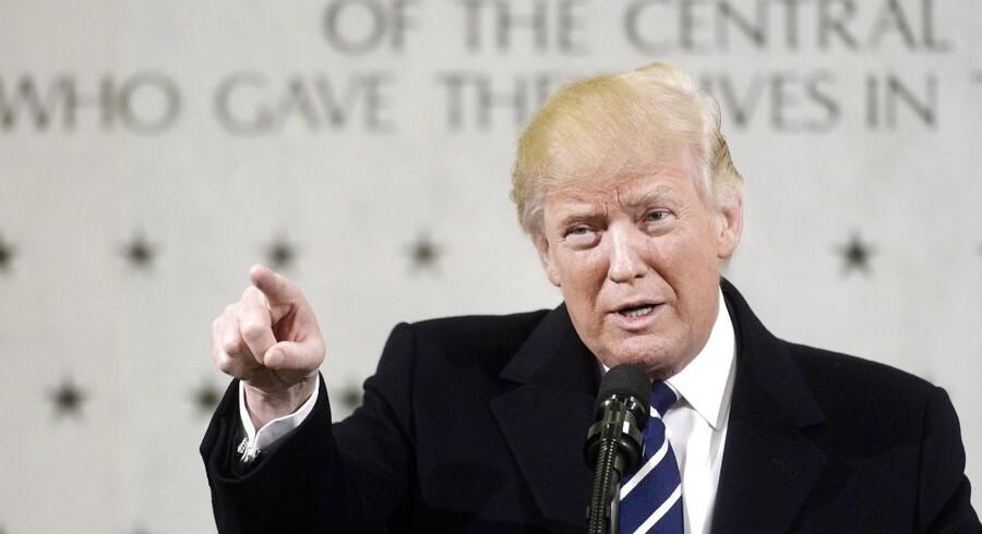 Dagen efter sin indsættelse som præsident i januar var Donald Trump på besøg i CIAs hovedkvarter i Langley. Kort efter mødet denne dag gav han efterretningstjenesten udvidede beføjelser til at udføre dronedrab mod militante islamister i Syrien. EPA/Olivier Douliery / POOL