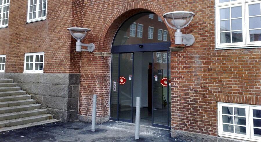 En 28-årig mand er anklaget ved Retten i Næstved for vold og voldtægt mod en 34-årig kvinde. Kvinden var ansat på hotellet, hvor manden var til julefrokost. Han spærrede hende inde i halvanden time i et toilet i hotellets kælder, hvor han slog og voldtog hende.