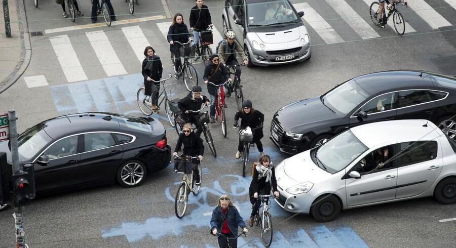 Arkivfoto fra krydset ved Dronning Louises Bro, der er et af de steder i København med allerflest cyklister. Det er især ved vejrkyds hvor cyklister kommer i kontakt med tæt biltrafik, at der er fare for alvorlige personskader. Derfor vil Københavns Kommune nu bygge adskillige kryds om, så de blive mere sikre.