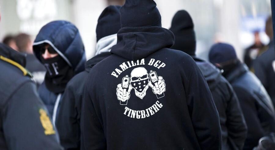 Bandegrupperingen Loyal To Familia er en af parterne i den bandekonflikt, der har plaget København siden juni sidste år, og som har ført til en række skyderier på åben gade i og omkring Hovedstaden. Tre personer er blevet skuddræbt under konflikten. I mellemtiden har anklagemyndigheden forsøgt at få LTF-bandens leder, Shuaib Khan, udvist fra landet i forbindelse med en sag om trusler mod en betjent.
