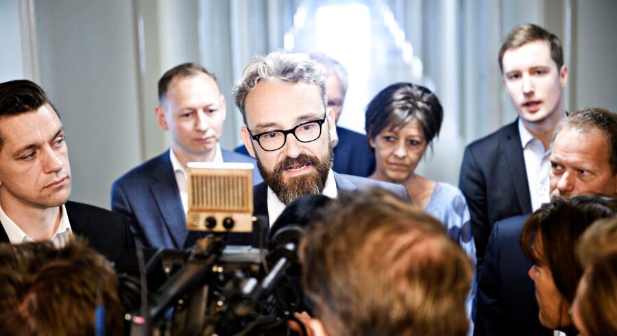 Transport-, bygnings- og boligminister Ole Birk Olesen (I) udtaler sig til pressen sammen med Kaare Dybvad (A), Anders Johansson (C), Kirsten Normann Andersen (F), Jacob Mark (F) og René Christensen (O), da han holder doorstep I Transport-, Bygnings- og Boligministeriet i København om initiativer på boligområdet som skal modvirke parallelsamfund, onsdag den 9. maj 2018. Foto: Philip Davali/Ritzau Scanpix