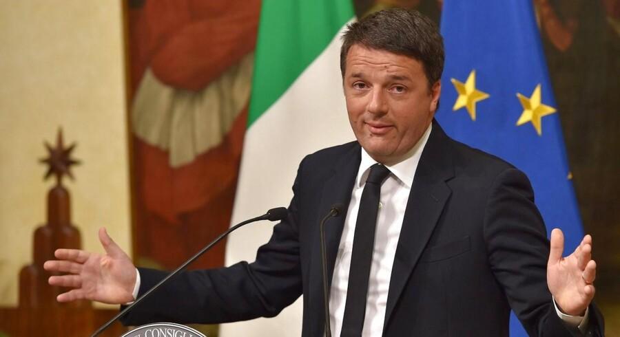 Italiens premiereminister Matteo Renzi annoncerer, at han træder tilbage på en pressekonference den 4. december.