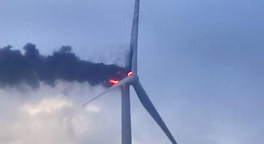 En 140 meter høj Vestas-prestigevindmølle af typen V164 brød fredag i brand i Østerild i den nordvestlige del af Jylland. (Foto: Svend Åge Larsen/Scanpix 2017)