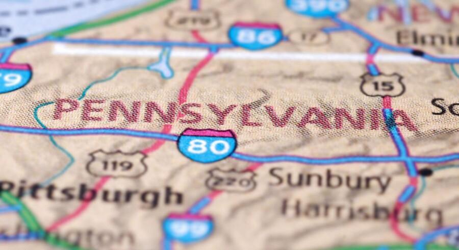 Et godstog med kemikalier er brudt i brand i den amerikanske stat Pennsylvania.