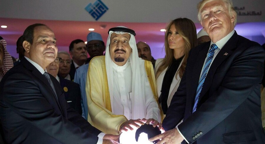 Donald J. Trump med sin kone, The First Lady Melania Trump, og Kong Salman bin Abdulaziz al-Saud af Saudi Arabien og den egyptiske præsident Abdel Fattah al-Sisi (L) åbner The World Center for Countering Extremist Thought i Riyadh, Saudi Arabien søndag. EPA.