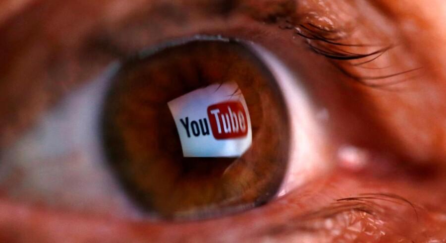 En række store virksomheder har fået vist deres reklamer sammen med ekstremistvideoer, lagt ud på Googles filmtjeneste YouTube. Derfor trækker store annoncører sig nu på stribe. Arkivfoto: Dado Ruvic, Reuters/Scanpix
