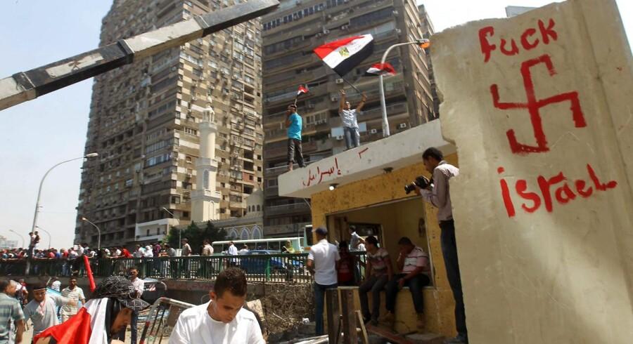 Anti.israelsk graffiti ved den israelske ambassade i Cairo i august 2011. Ambassaden blev samme år stormet af demonstranter.