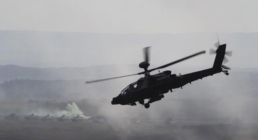 Arkivfoto af en apache-helikopter.