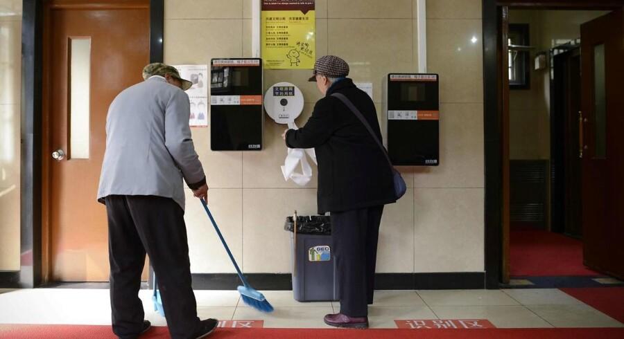 Her er den, toiletrulleholderen, som først udleverer papiret, når man har scannet sit ansigt og således er blevet fotograferet. Effekten er målbar. Foto: Zhao Wang, AFP/Scanpix