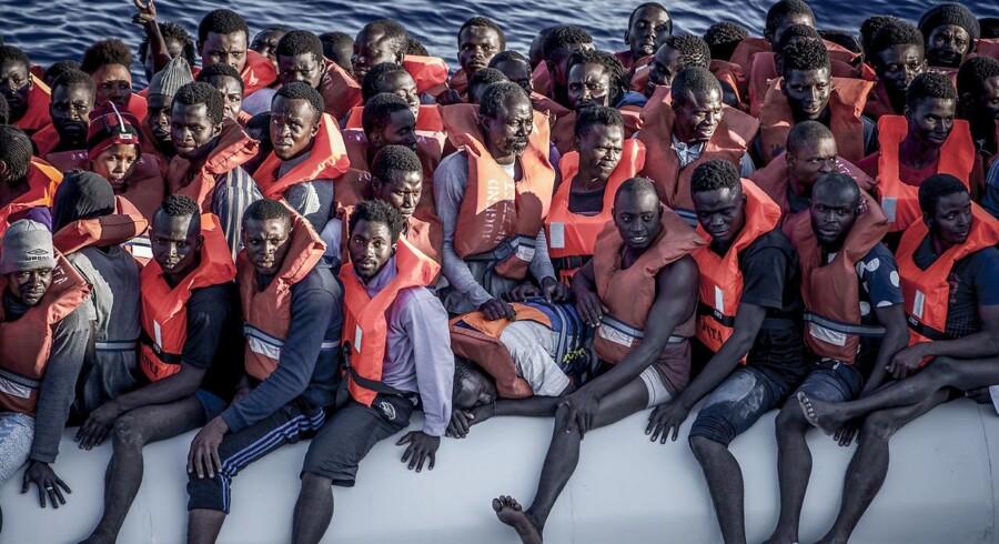 En båd med flygtninge og migranterr ud for Libyens kyst i Middelhavet.