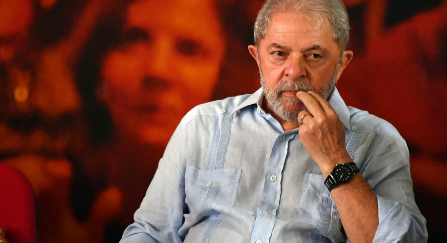 TOPSHOT - Former Brazilian president Luiz Inacio Lula da Silva gestures during a campaign rally to launch his presidential candidacy for the upcoming October elections, at the Workers Central Union (CUT) headquarters in Sao Paulo, Brazil on January 25, 2018. A Brazilian appeals court Wednesday upheld ex-president Luiz Inacio Lula da Silva's conviction for corruption, dealing a body blow to his hopes of running for re-election this year. The three-judge panel sitting in the southern city of Porto Alegre unanimously ruled that his original 9.5-year jail sentence be extended to more than 12 years. Lula was defiant, telling he intends to run for the presidency despite the court setback. / AFP PHOTO / Nelson Almeida