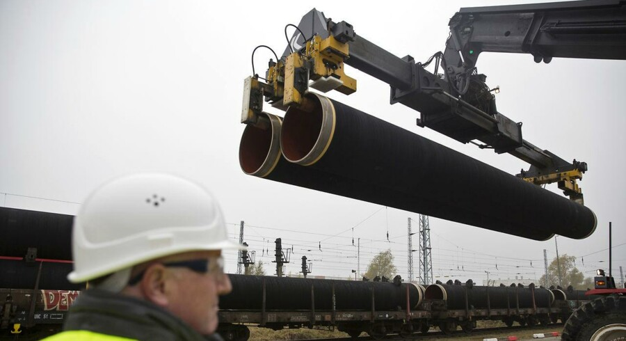 Dele af gasledningen Nord Stream 2 bliver leveret til den tyske ø Rügen i marts 2017 (billedet). Den russiske energikoncern, der står bag konstruktionen af Nord Stream II, beskyldes for afpresning af EU-lande. Derfor bør EU-kommissionen svare hårdt og kontant, mener Jeppe Kofod, der er europarlamentariker for socialdemokraterne.