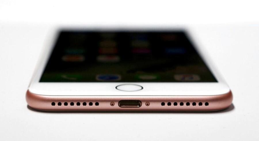 iPhone 7 bruger, ligesom iPhone 6, et såkaldt Lightning-stik i bunden, der oplader telefonen med mere.