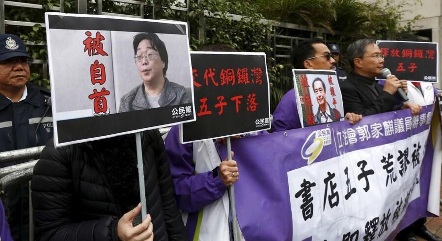Kina løslader den svenske forlægger Gui Minhai. Her ses protesterende kinesere med hans portræt.