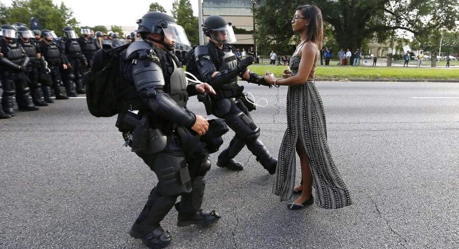 Det ikoniske billede, der er blevet symbol på kampen for sortes rettigheder i USA, er taget af Reuters-fotografen Jonathan Bachman ved en »Black Lives Matters«-demonstration i Baton Rouge, Louisiana. I netop Baton Rouge blev en mand dræbt af en hvid politibetjent i sidste uge. Under et døgn efter blev en anden sort mand dræbt af politiet et andet sted i USA.