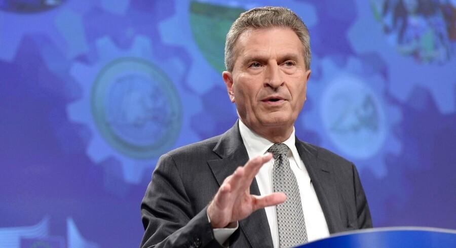 EU's budgetkommissær Gunther Oettinger siger, at briterne skal overføre penge til Bruxelles mindst indtil 2020.