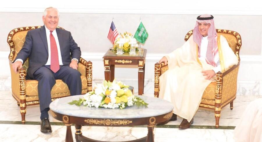 Søndag mødtes USA's udenrigsminister, Rex Tillerson, med lederne af to arabiske lande for at drøfte Irans indflydelse i Mellemøsten.