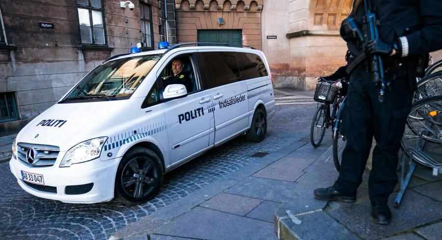 "Københavns Byret mandag d. 9. oktober 2017. LTF-leder Shuaib Khan får dom i byretten. Politi og LTF ""Loyal to Familia""- medlemmer foran byretten."