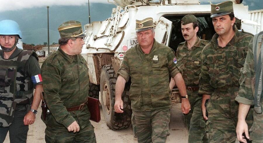 Ratko Mladic i midten var chef for den bosnisk-serbiske hær, som med støtte fra hærenheder fra Serbien og bl.a. græske frivillige slagtede over 8.000 sagesløse civile ved Srebrenica.