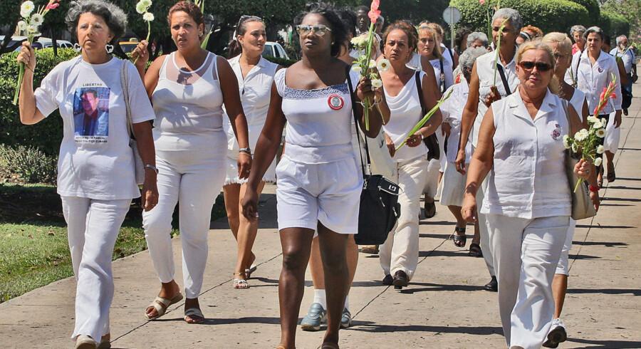 Kvinder i Hvidt er i årevis blevet betragtet som en af de eneste grupper af utilfredse cubanere, der jævnligt har fået lov at demonstrere. Her ses gruppen under en demonstration i 2005. Scanpix/Adalberto Roque