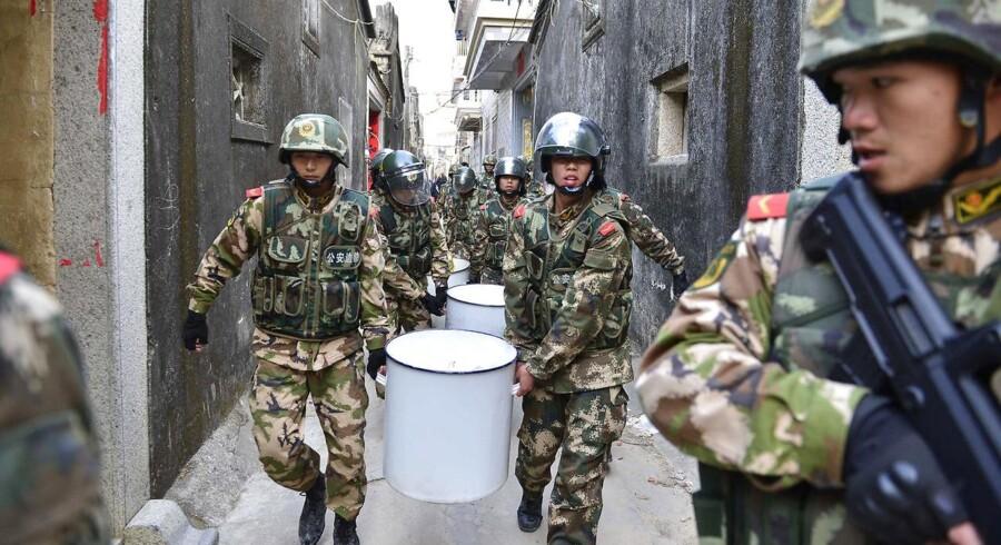 Politifolk beslaglægger tre ton metamfetamin i byen Lufeng, der var hjemsted for en massiv retssag i 2014. For få dage siden var byen hjemsted for en offentlig domsafsigelse, et fænomen, som er forekommet hyppigere i de senere år. Arkivfoto.