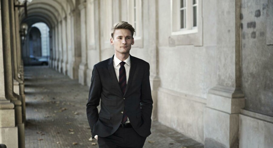 Dansk Folkepartis retsordfører, Peter Kofod Poulsen, vil ikke selv fostre teorier om, hvorfor en en ny politiskole skulle placeres i Herning. Men han forstår godt, hvis folk mistænker regeringen for urent trav.
