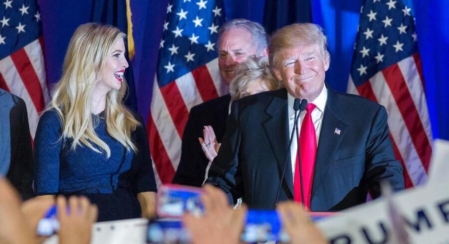 Den republikanske præsidentkandidat Donald Trump og hans datter Ivanka fejrer sejren i South Carolina sammen med Trumps tilhængere.