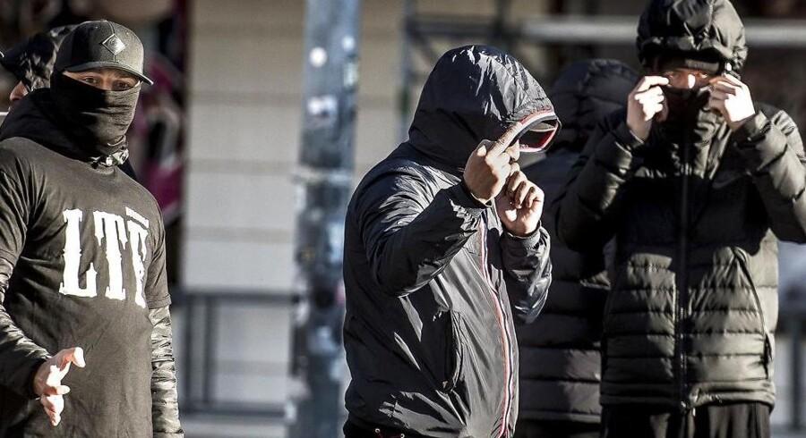 Ved domsafsigelsen 9. oktober 2017 var flere medlemmer af gruppen Loyal To Familia (LTF) mødt op foran Københavns Byret på Nytorv. LTF-lederen Shuaib Khan blev dømt for trusler mod en betjent, men slap for udvisning.