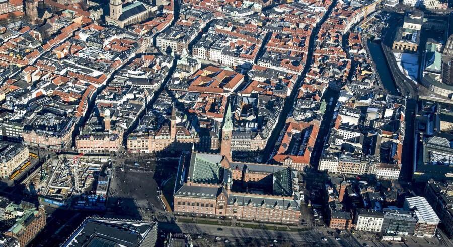 Onsdag kan der falde dom i sagen mod en 21-årig syrisk flygtning, der er tiltalt for bombeplaner mod et tætbefolket i København. Manden blev anholdt i november sidste år, efter han havde forsøgt at komme til Danmark med tasken fuld af 17.000 tændstikker.