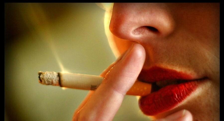 Patientforeninger har fået penge til at hjælpe erhvervsskoler med at indføre såkaldt røgfri skoletid – trods politisk modstand.