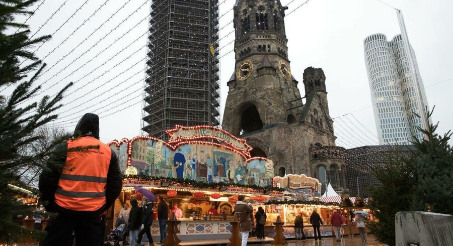 epaselect epa06354316 Visitors walk through the Christmas market on its opening day at Breitscheidplatz in Berlin, Germany 27 November 2017. On 21 December 2016 the square was the target of a terror attack in which 12 people lost their lives, when a truck driven by Anis Amri plowed through the Christmas market near the Kaiser-Wilhelm-Gedaechtniskirche (Kaiser Wilhelm Memorial Church). EPA/HAYOUNG JEON