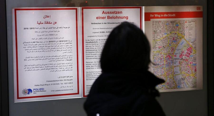 Plakater på banegården i Köln lover på både tysk og arabisk en dusør på 10.000 Euro for informationer der kan føre til anholdelse af overgrebsmændene nytårsaften.