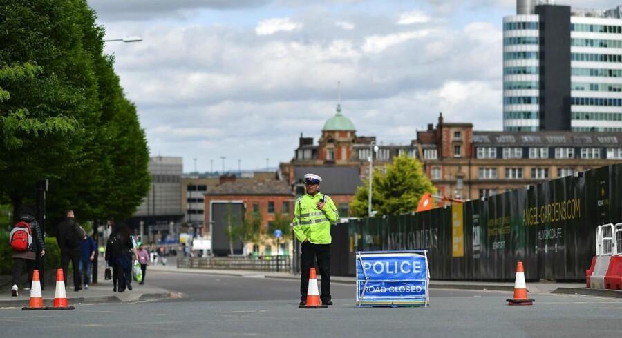En betjent står på vagt nær Manchester Arena tirsdag 23. maj efter et formodet terrorangreb mandag aften. 22 mennesker blev dræbt heraf flere børn, og og mindst 59 blev såret. / AFP PHOTO / Ben STANSALL