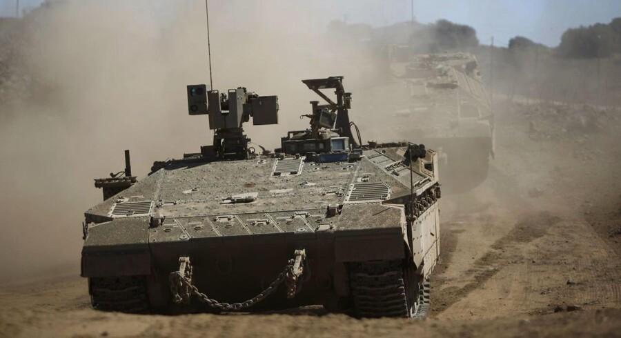 En israelsk kampvogn under den igangværende militære øvelse i Golanhøjderne. Israel planlægger at generobre dele af Sydlibanon i tilfælde af krig med Hizbollah. 7. september / AFP PHOTO / JALAA MAREY