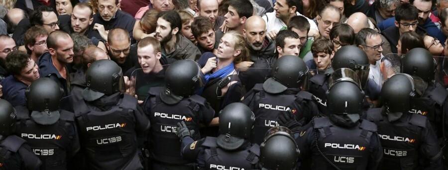 Spansk politi er begyndt at gribe ind over for valgsteder i forbindelse med valget om Cataloniens uafhængighed, som Spaniens regering og domstole har erklæret for forfatningsstridigt. EPA/Alberto Estevez