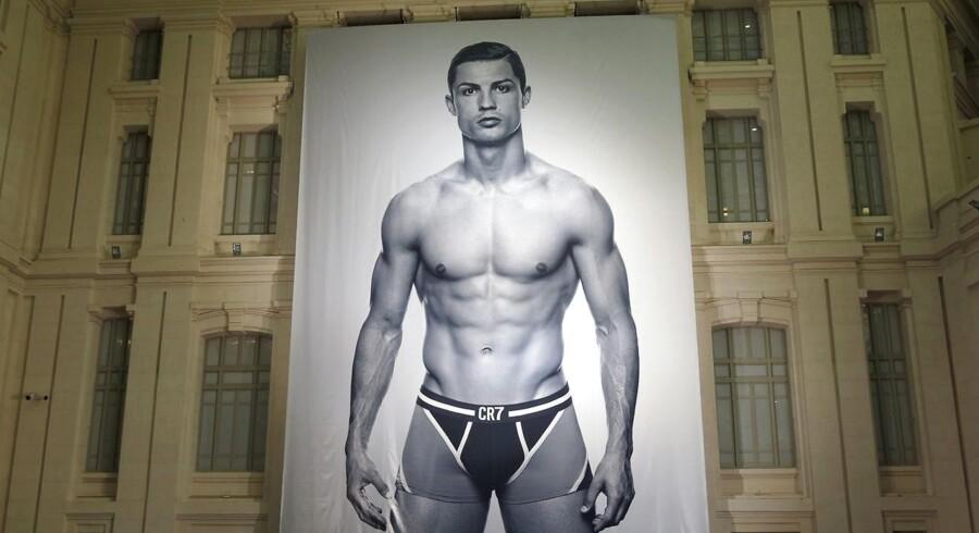 Siden 2013 har har Christiano Ronaldo lagt navn til undertøjsserien CR7, men han bidrager med mere end navnet. »Ronaldo er meget modeinteresseret, så når vi sidder og skal have kollektionerne færdige, er han stadig med. Er der en farve, som han ikke kan lide, så vil han ikke lægge sit navn til - også selvom det er den vare, som vi kan sælge mest af,« siger Michael Alstrup, der er direktør i JBS som producerer serien. (Foto: Sergio Perez / REUTERS / Scanpix)