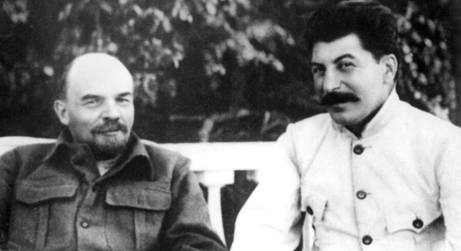 Vladimir Ilyich Ulianov (1870-1924) bedre kendt som Lenin (tv) i Gorki i 1922 sammen med Yossif Vissarionovitch Dzhugashvili (1879-1953) bedre kendt som Joseph Stalin.