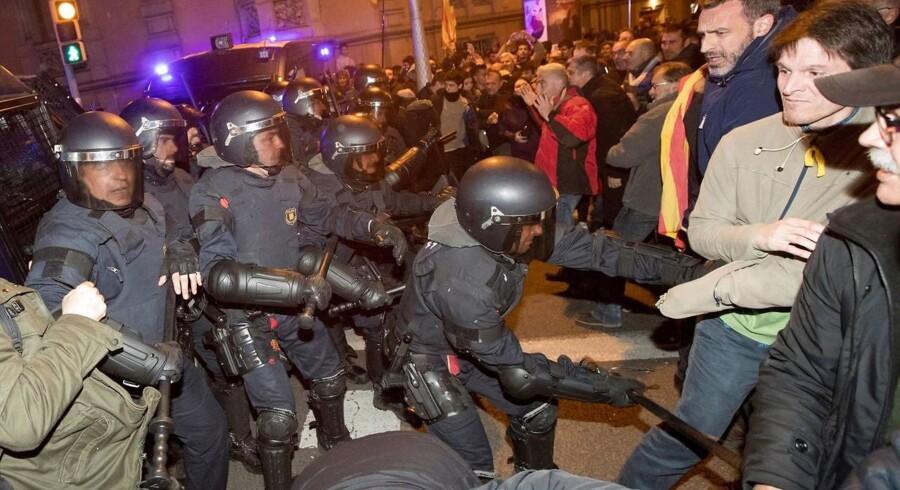 Tusindvis af demonstranter gik på gaden i Barcelona sent fredag aften og tidligt lørdag for at protestere mod anholdelser af fem catalanske separatistledere. EPA/MARTA PEREZ