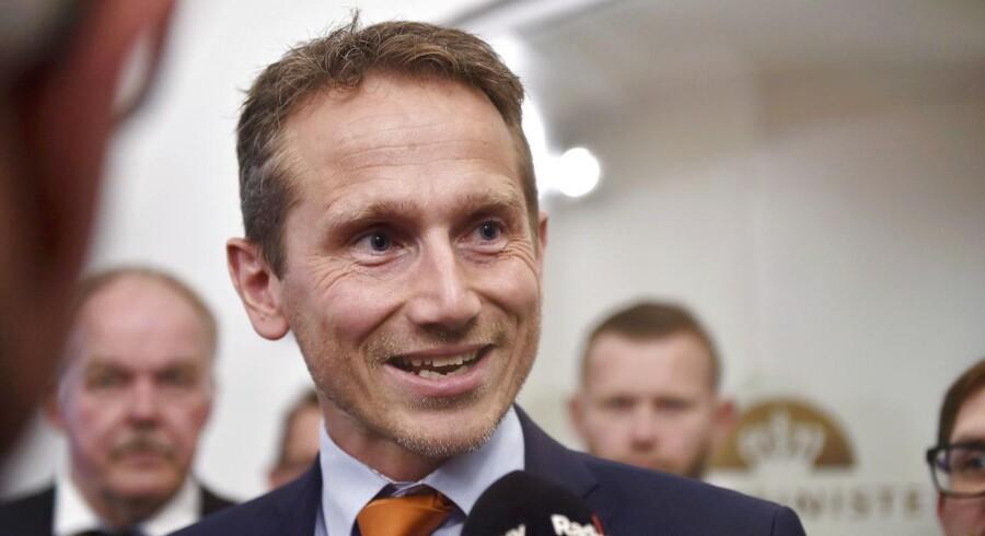 Finansminister Kristian Jensen kunne tirsdag præsenterer en ny aftale med DF om at få danskerne til at gå senere på pension. Du kan nu bl.a. få efterlønnen udbetalt skattefrit, men det kan ende med at blive en dyr beslutning.