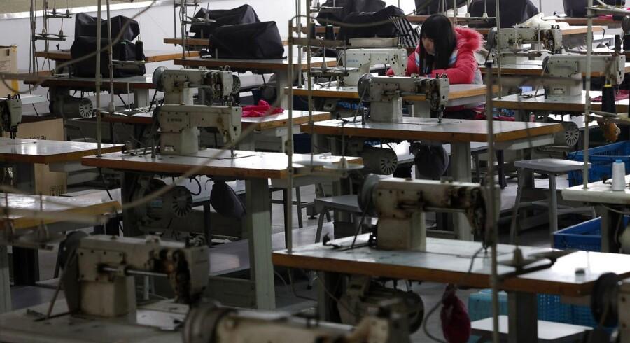 Danske Bestseller producerer varer på fabrikker i Cambodia, hvor omkring 40 syersker er besvimet. Billedet her er dog et arkivfoto. REUTERS/Aly Song