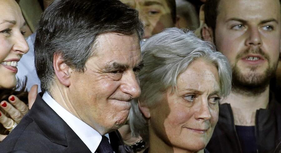 Der spekuleres blandt franske republikanere i, hvad man skal gøre, hvis sagen om præsidentkandidat Francois Fillons aflønning af sin hustru, Penelope (th.), med skatteyderpenge i et job, som ikke havde noget indhold, udvikler sig. Foto: Christian Hartmann / Reuters