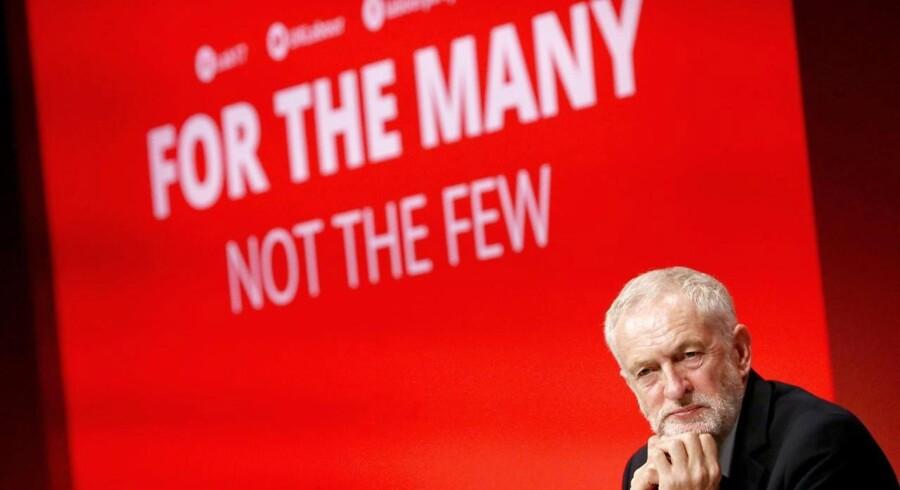 Rødt i rødt - bagest baggrunden i konferencesalen i Brighton, forrest partileder Jeremy Corbyn